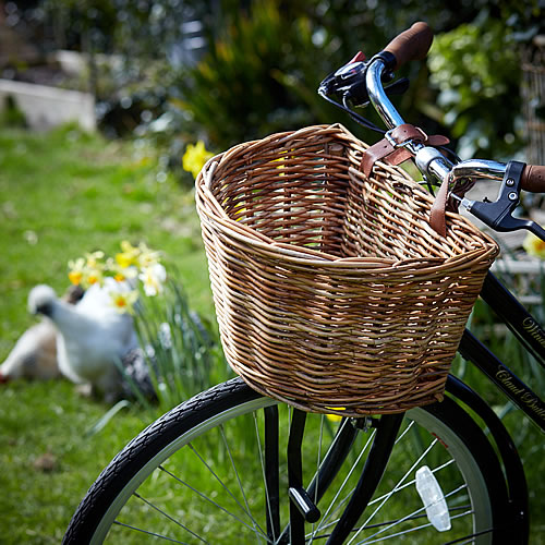 Wicker bicycle basket with adjustable straps