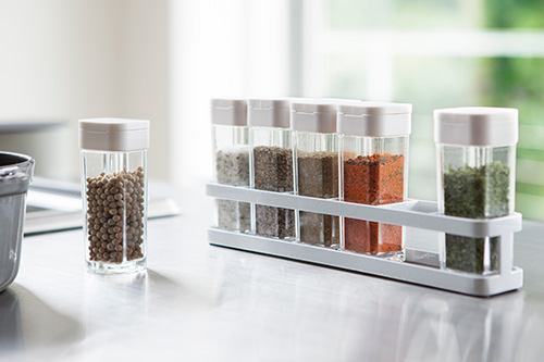 Freestanding spice rack with spice storage jars